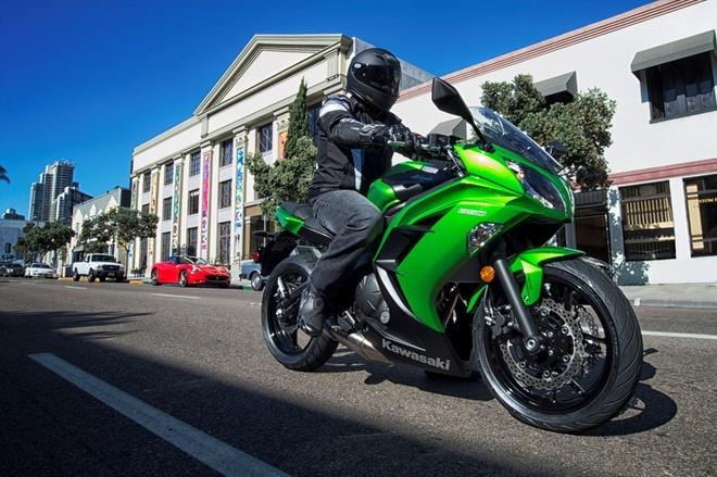 Kawasaki gioi thieu loat mo to moi cho nam 2015 hinh anh 3 Ở phân khúc tầm trung, Ninja 650 là một trong những mẫu xe khá nổi bật. Kawasaki trang bị cho Ninja 650 khối động cơ 649 phân khối, xi-lanh đôi. Đây cũng được coi là mẫu sportbike không dành cho những nài còn non kinh nghiệm. Hệ thống chống bó cứng phanh ABS trên xe giúp chiếc xe vận hành an toàn trên nhiều cung đường. Phiên bản 2015 được làm mới ở bộ tem xe.