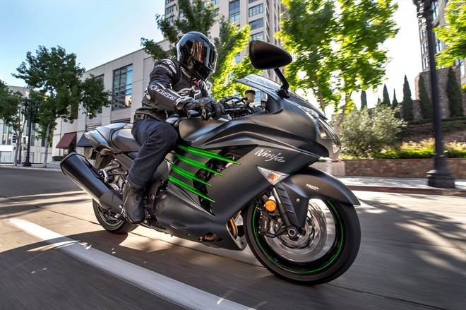 Kawasaki gioi thieu loat mo to moi cho nam 2015 hinh anh 1 Kawasaki tiếp tục duy trì sản xuất mẫu Ninja ZX-14R ABS. Cung cấp sức mạnh cho xe vẫn là khối động cơ 4 xi-lanh, dung tích 1.441 phân khối, chính vì vậy ZX-14R hiện vẫn là một trong những mẫu xe mạnh mẽ và nhanh nhất trên thế giới. Các trang bị an toàn cho xe gồm hệ thống chống bó cứng phanh ABS, kiểm soát lực kéo K-TRC… Bên cạnh đó, ZX-14R còn được cài đặt các chế độ lái khác nhau, tùy vào điều kiện vận hành. Mặc dù vậy, ZX-14R vẫn được khuyến cáo là mẫu xe dành cho những tay lái có kinh nghiệm.