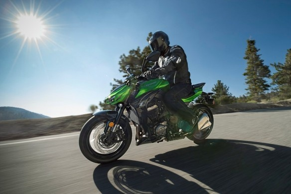 Kawasaki gioi thieu loat mo to moi cho nam 2015 hinh anh 5 Thế hệ thứ 2 của mẫu naked bike Z1000 ra mắt hồi cuối năm ngoái, cũng có những thay đổi nhẹ nhàng ở phiên bản 2015. Thiết kế mới theo ngôn ngữ Sugomi của phiên bản 2014 vẫn được giữ nguyên ở phiên bản 2015, chỉ một số thay đổi nhỏ xuất hiện. Bên cạnh đó, màu sơn xe cũng có thêm sự lựa chọn mới. Siêu naked bike của Kawasaki được trang bị động cơ 4 thì 1.043 phân khối, làm mát bằng dung dịch, cam đôi DOHC. Z1000 chính là một trong những mẫu naked bike mạnh mẽ nhất trên thế giới hiện nay.