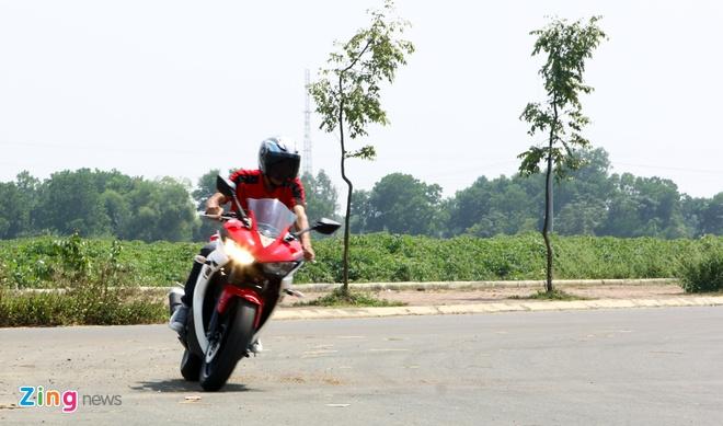 Chay thu Yamaha R25: Hoan hao cho nguoi moi choi sportbike hinh anh 8 Cảm giác vào cua đầy tự tin với lốp bánh lớn.