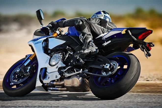 Anh chi tiet sieu mo to Yamaha YZF-R1 2015 moi ra mat hinh anh 7 Kích thước tổng thể của xe lần lượt là 2.054 mm dài, rộng 690 mm và cao 1.150 mm. Chiều cao yên xe ở mức 856 mm. Trục cơ sở xe dài 1.412 mm.