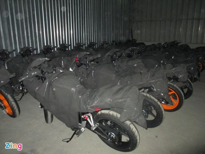 Honda CBR150R 2015 den pha doi bat ngo ve Sai Gon trong dem hinh anh 2 Cùng với Yamaha R15, Honda CBR150R là dòng xe sportbike được nhiều người chơi xe lựa chọn và khá phổ biến tại Việt Nam. Phiên bản CBR150R 2015 có sự thay đổi khá nhiều ở kiểu dáng thiết kế, mang tính tích cực hơn so với phiên bản trước đó.