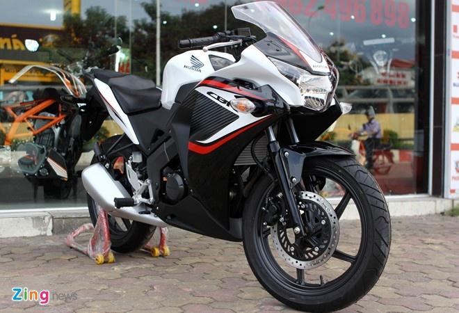 Honda CBR150R 2014 được sản xuất tại Thái Lan với kiểu dáng không có sự khác biệt so với trước đó, ngoại trừ bộ tem xe.