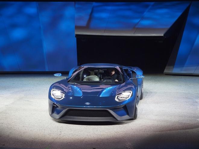 Ford GT bat mat voi dien mao hoan toan moi hinh anh 3 Bên trong nội thất xe, Ford GT được thiết kế lấy cảm hứng từ những mẫu xe đua F1. Điển hình là thiết kế vô lăng 2 chấu, hệ thống đồng hồ hiển thị dạng điện tử. Ghế ngồi được gắn trực tiếp vào bộ khung carbon phía dưới, do đó người lái cũng như người ngồi cạnh không thể điều chỉnh được vị trí. Tuy nhiên, người lái có thể điều chỉnh vị trí vô lăng, chân phanh, ga bằng hệ thống điện tử. Tính năng này giống hệt trên siêu xe triệu đô Ferrari LaFerrari.