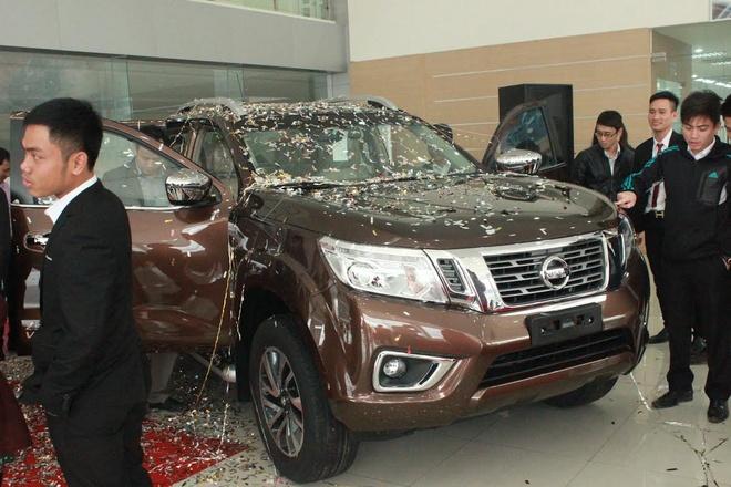 Nissan Navara NP300 moi da co mat tai dai ly hinh anh 1 Nissan Navara NP300 2015 nhận được nhiều sự quan tâm của khách hàng khi có mặt tại đại lý. Ảnh: V.H.