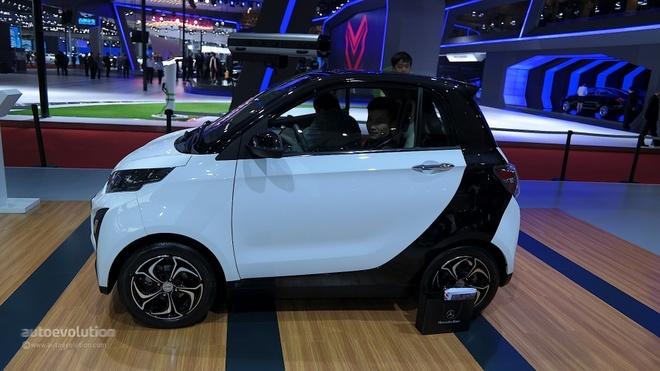 Nhung mau oto nhai trang tron cua cac hang xe Trung Quoc hinh anh 1 Zotye E30 là mẫu xe điện cỡ nhỏ được giới thiệu tại triển lãm xe Thượng Hải 2015. Mặc dù là một cái tên lạ lẫm, kiểu dáng của Zotye E30 lại giống hoàn toàn với mẫu xe Smart ForTwo. Theo công bố của nhà sản xuất Zoyte có khả năng vận hành liên tục trên quãng đường 149 km, vận tốc tối đa khoảng 80 km/h.