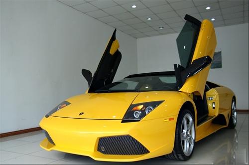 So phan troi noi cua Lamborghini dung bien gia tai VN hinh anh 2 Siêu xe Lamborghini Murcielago LP640 Roadster nằm trong showroom tại Hà Nội năm 2011. Ảnh:
