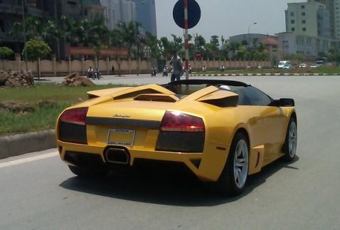 So phan troi noi cua Lamborghini dung bien gia tai VN hinh anh 1 Siêu xe mui trần Lamborghini Murcielago Roadster LP640 làn bánh trên đường phố Hà Nội hồi tháng 6/2011. Ảnh: OF