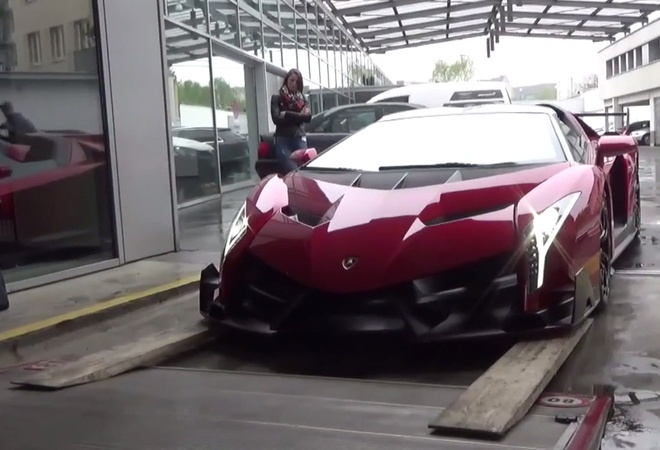 Lot van go dua Lamborghini Veneno len thung xe tai hinh anh