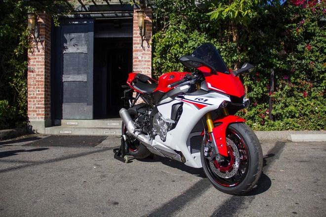 10 sieu moto dang mua nhat 2015 hinh anh 1 Yamaha YZF-R1 2015 được đánh giá cao nhất ở phân khúc siêu môtô. Phiên bản nâng cấp của R1 ra mắt cuối năm ngoái thay đổi toàn bộ so với trước đó, từ kiểu dáng cho đến công nghệ. Hãng xe Nhật Bản đã tích hợp vào siêu môtô của mình rất nhiều hệ thống điện tử hỗ trợ người lái. Trong khi đó, cung cấp sức mạnh cho xe là động cơ 4 thì, 4 xi-lanh thẳng hàng, 998 phân khối, 16 van, DOHC, làm mát bằng dung dịch, sản sinh công suất 200 mã lực tại 13.500 vòng/phút và 112,4 Nm mô-men xoắn tại 11.500 vòng/phút. Ảnh: Asphalandrubber