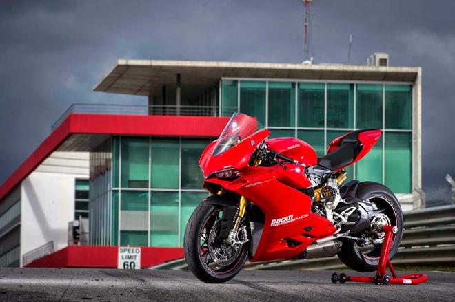 10 sieu moto dang mua nhat 2015 hinh anh 2 Ducati 1299 Panigale được giới thiệu cuối năm ngoái, với 3 phiên bản tiêu chuẩn, S và R. Hai phiên bản tiêu chuẩn và S sử dụng động cơ Superquadro, dung tích xi-lanh 1.285 phân khối. Trong khi phiên bản R vẫn sử dụng động cơ 1.198 phân khối để phù hợp với tiêu chuẩn xe đua. Mặc dù vậy, cả 3 phiên bản 1299 Panigale vẫn sở hữu sức mạnh 205 mã lực.  Ảnh: Ducati