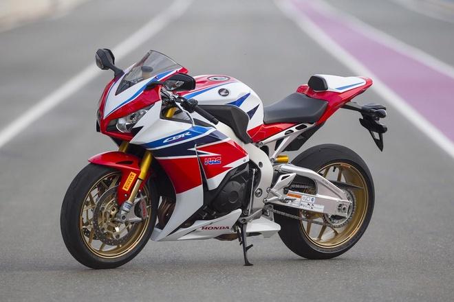 10 sieu moto dang mua nhat 2015 hinh anh 4 Honda Fireblade hay còn được biết đến với tên gọi CBR1000RR là cái tên quá đỗi quen thuộc đối với người chơi xe ở phân khúc superbike. Ra đời từ năm 2004, CBR1000RR được Honda thiết kế lại vào năm 2008. Siêu môtô này sở hữu khối động cơ 4 thì, 4 xi-lanh thẳng hàng, dung tích 999 phân khối, làm mát bằng dung dịch, công suất 171 mã lực tại 10.670 vòng/phút và mô-men xoắn cực đại 106,2 Nm tại 9.630 vòng/phút. Ảnh: Motorvision