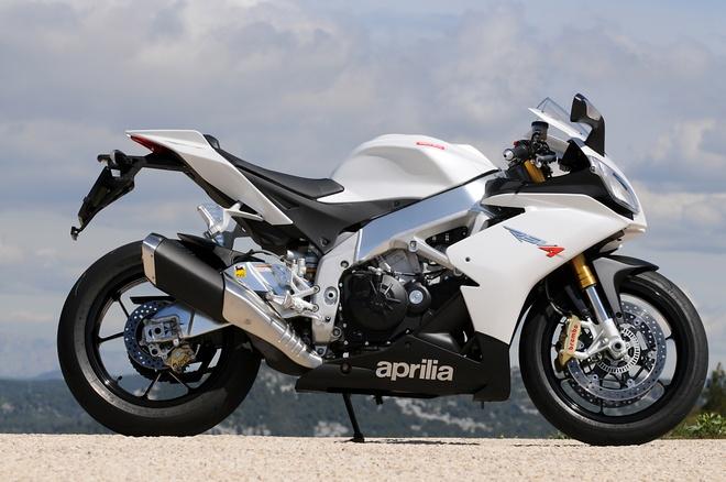 10 sieu moto dang mua nhat 2015 hinh anh 6 Aprilia RSV4 R mang nhiều công nghệ dành cho xe đua. Siêu môtô của Italy sở hữu động cơ V4, dung tích 999,6 phân khối, góc nghiêng 65o, cho công suất 184 mã lực tại 12.500 vòng/phút và mô-men xoắn cực đại 117 Nm tại 10.000 vòng/phút.
