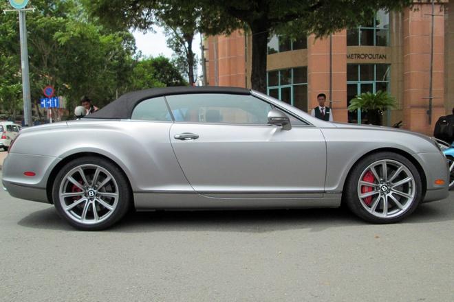 Xe sieu sang mui tran Bentley hiem tai Sai Gon hinh anh 2 Xe mui trần của Bentley nhận được một số thay đổi so với phiên bản coupe ra mắt trước đó. Cụ thể, hệ dẫn động ZF 6HP26 được nâng cấp, trang bị thêm sang số nhanh, giúp giảm 50% thời gian chuyển số và cho phép giảm 2 cấp số một lúc.