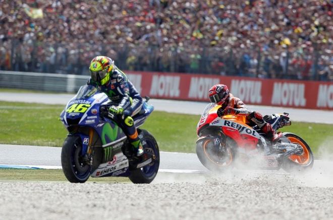 MotoGP chang 8: Rossi so tai nay lua cung Marquez hinh anh 1 Rossi bật khỏi đường đua sau va chạm với Marquez ở khúc cua gần cuối. Ảnh:Crash.