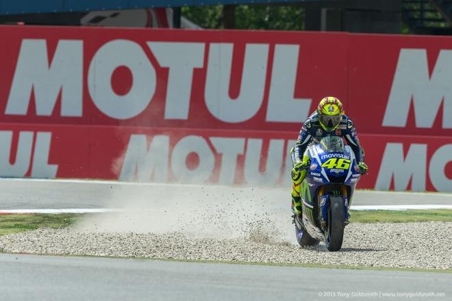 MotoGP chang 8: Rossi so tai nay lua cung Marquez hinh anh 2 tình huống quyết định chiến thắng của Rossi. Ảnh: Asphalandrubber