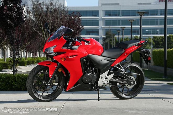 10 moto duoi 500 phan khoi duoc yeu thich nhat hinh anh 6 Dòng xe Honda CB500 bao gồm các phiên bản CBR500R, CB500F và CB500X, chiếm lợi thế về sức mạnh so với toàn bộ các mẫu xe dưới 500 phân khối. Bên cạnh đó, thương hiệu Honda cũng là một lợi thế khi đặt lên bàn cân. Tuy nhiên, giá bán của những mẫu xe này cũng cao hơn khá nhiều so với các đối thủ. CBR500R và CBR500X có giá 5.499 bảng, trong khi CB500F có giá 4.999 bảng.