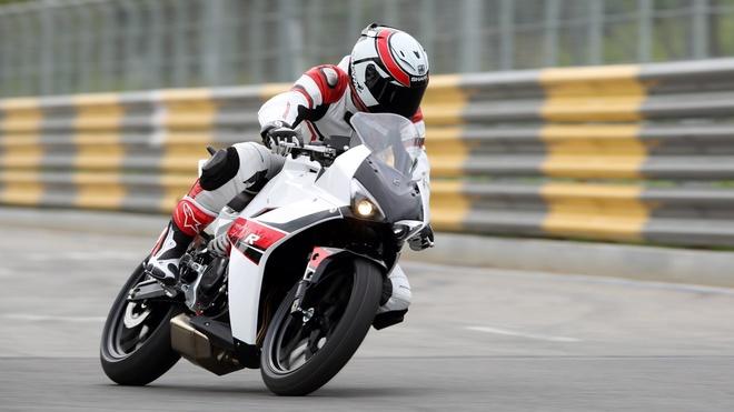10 moto duoi 500 phan khoi duoc yeu thich nhat hinh anh 12 Hyosung GD250N và GD250R là 2 mẫu naked bike và sportbike của hãng xe Hàn Quốc. Xe sử dụng động cơ xi-lanh đơn, làm mát bằng dung dịch, công suất 28 mã lực. Giá bán của 2 sản phẩm Hàn Quốc này ở mức dưới 3.000 bảng.