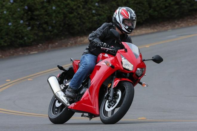 10 moto duoi 500 phan khoi duoc yeu thich nhat hinh anh 8 Với chi phí 4.000 bảng, những tay lái mới có thể sở hữu một chiếc CBR300R. So với những chiếc xe xử dụng xi-lanh đôi trong phân khúc, CBR300R có giá bán mềm hơn. Tuy nhiên, kiểu dáng thiết kế của Honda thường không được đánh giá cao. CBR300R của Honda cũng sở hữu một số công nghệ tiên tiến như chống bó cứng phanh ABS.