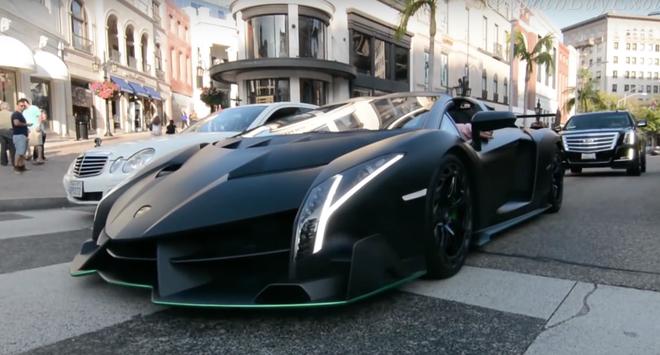 Lamborghini Veneno Roadster khoe tieng may tren pho hinh anh
