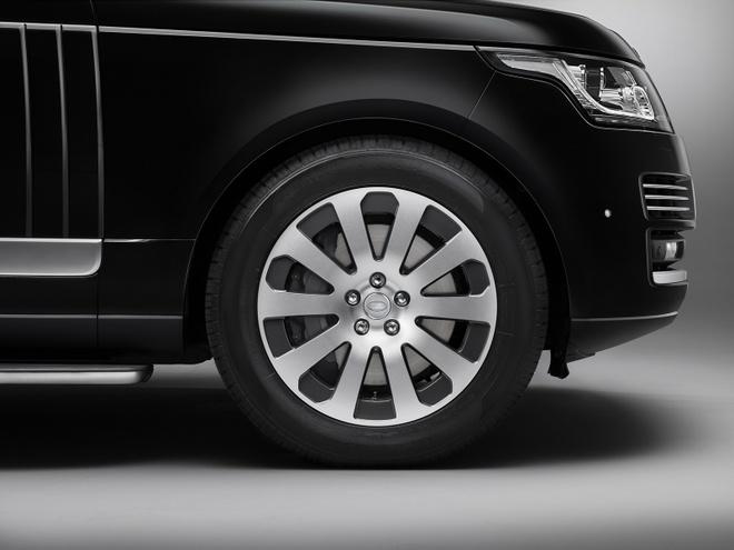 Range Rover Sentinel - SUV chong dan hang sang hinh anh 6 Do trọng lượng của xe tăng lên đáng kể, nên Range Rover Sentinel được nâng cấp hệ thống treo để mang lại khả năng vận hành êm ái và đáp ứng nhiều địa hình khác nhau. Hệ thống phanh xe cũng được nâng cấp lên đĩa trước 380 mm và đĩa sau 365 mm.