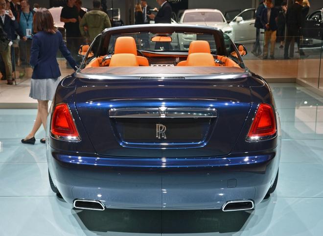 Rolls-Royce trung bay xe mui tran Dawn tai trien lam xe Duc hinh anh 4 Nội thất của Dawn như thường lệ vẫn thể hiện sự sang trọng, không gian thoải mái cho 4 người lớn. Bên cạnh đó, độ cứng cáp của Dawn không thua kém gì Wraith nhờ hệ khung gầm được gia cường. Theo Rolls-Royce, hệ khung gầm của Dawn chắc chắn nhất trong những xe mui trần 4 chỗ hiện nay.