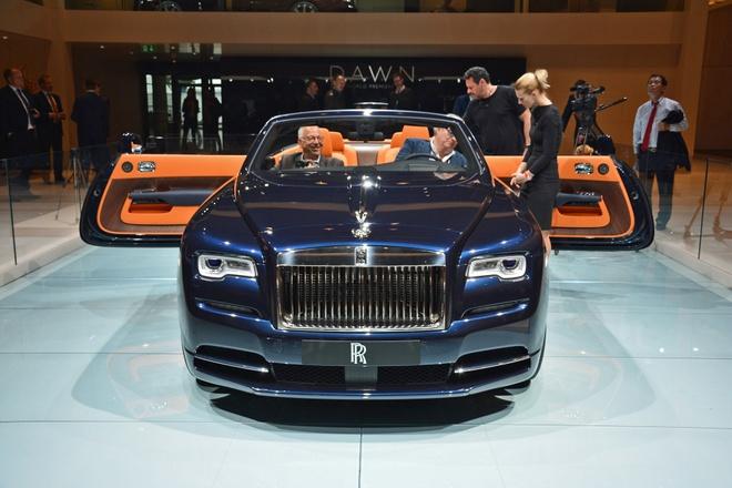 Rolls-Royce trung bay xe mui tran Dawn tai trien lam xe Duc hinh anh 2 Thiết kế của Dawn vẫn tuân theo triết lý xuyên suốt của Rolls-Royce, với phần đầu xe dài, đuôi xe thiết kế ngắn. So với Wraith, lưới tản nhiệt của Dawn kéo xuống khoảng 45 mm, trong khi cản trước tăng thêm 53 mm.