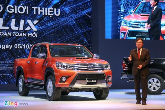 Toyota Hilux 2016 ra mat tai VN, gia tu 693 trieu dong hinh anh 1 Tổng giám đốc Toyota Việt Nam giới thiệu mẫu xe bán tải Hilux 2016.