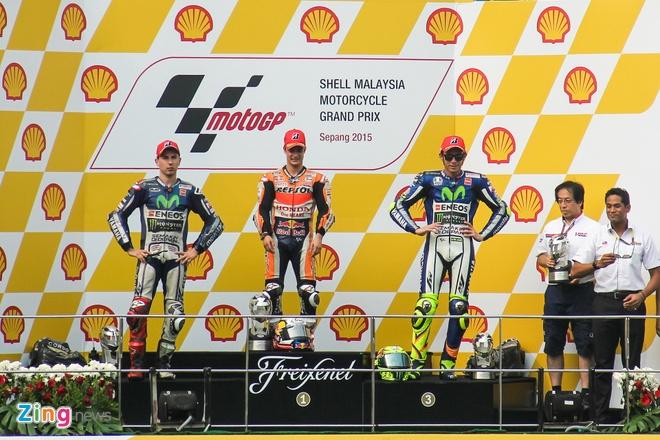 MotoGP chang 17: Rossi bi phat sau va cham voi Marquez hinh anh 6