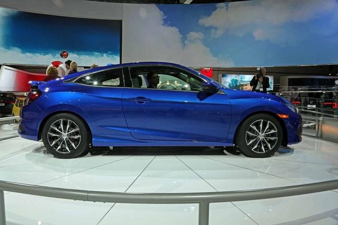 Honda Civic Coupe 2016 chinh thuc lo dien hinh anh 4 Mặc dù mang kiểu dáng thể thao, tuy nhiên Civic Coupe 2016 sở hữu không gian nội thất rộng rãi hơn so với thế hệ trước, hàng ghế sau có thêm khoảng 110 mm chiều dài khu vực để chân. Ngoài ra, Honda cũng chú trọng đến việc sử dụng những chất liệu cao cấp hơn cho nội thất xe so với phiên bản trước.