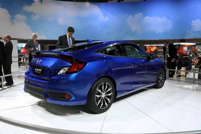 Honda Civic Coupe 2016 chinh thuc lo dien hinh anh 6 Cung cấp sức mạnh cho Civic Coupe là động cơ i-VTEC 2.0L, hút khí tự nhiên, mang lại công suất 158 mã lực và mô-men xoắn cực đại 187 Nm. Ngoài ra, người dùng còn có tuỳ chọn phiên bản sử dụng động cơ 1.5L tăng áp, cho công suất 17 mã lực và mô-men xoắn cực đại 220 Nm. Xe có 2 tuỳ chọn hộp số tự động CVT và số sàn 6 cấp. Hiện tại, giá bán của Civic Coupe chưa được công bố.