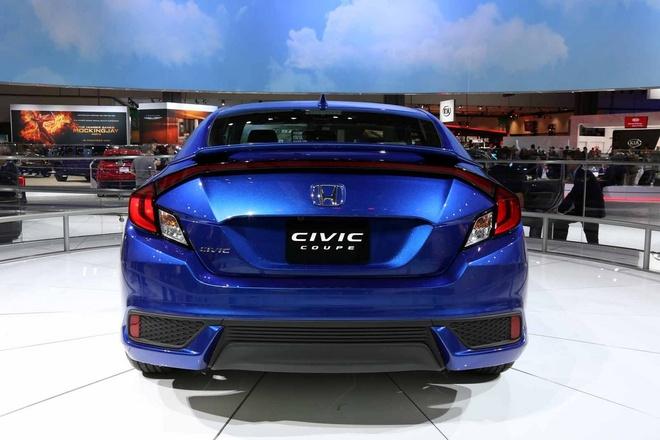 Honda Civic Coupe 2016 chinh thuc lo dien hinh anh 3 Thiết kế phần đầu của Civic Coupe giống hệt phiên bản sedan, tuy nhiên từ trụ A trở về sau lại khác biệt. Mui xe vuốt thấp về phía sau khoảng gần 25 mm so với phiên bản sedan. Bên cạnh đó, đuôi xe cũng giảm kích thước, khiến chiều dài tổng thể của Civic Coupe giảm khoảng 140 mm. Đội ngũ kỹ sư của Honda đã thiết kế lại đuôi xe, nối liền 2 đèn chiếu hậu với nhau.