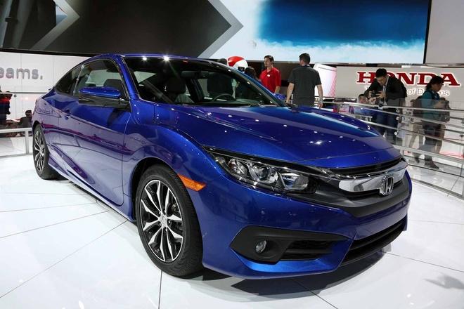 Honda Civic Coupe 2016 chinh thuc lo dien hinh anh 5 Trang bị tiêu chuẩn trên Civic Coupe 2016 gồm đèn pha tự động tắt/bật, đèn LED chạy ban ngày, hệ thống phanh tay điện tử…