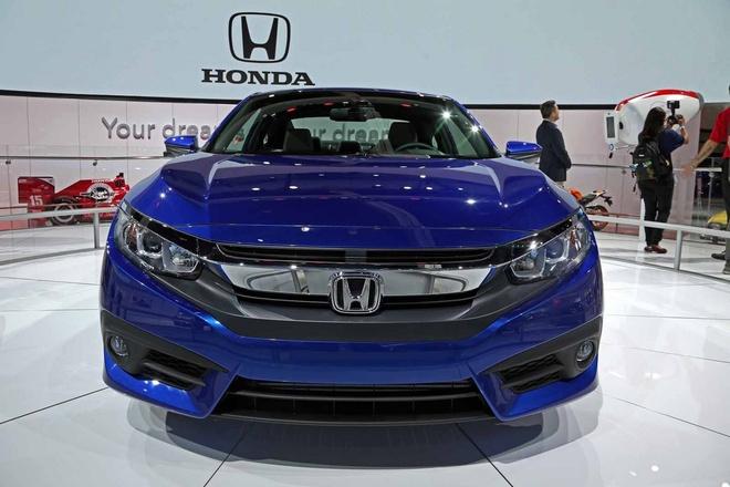 Honda Civic Coupe 2016 chinh thuc lo dien hinh anh 2 Trục cơ sở của xe được kéo dài thêm khoảng 76,2 mm, thân xe rộng hơn và hạ thấp vị trí ngồi. Do đó, Civic Coupe mang diện mạo thêm phân thể thao so với người anh em 4 cửa.