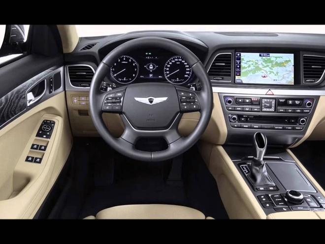 Sedan hang sang Hyundai Genesis EQ900 chinh thuc trinh lang hinh anh 4 Nội thất của Genesis EQ900 mang tông màu nâu sô-cô-la từ da cao ấp, kết hợp cùng các chi tiết ốp gỗ. Hàng ghế phía sau được trang bị 2 máy tính bảng 9,2 inch dành cho hệ thống giải trí. Hệ thống âm thanh của Lexicon. Phía trước được trang bị màn hình thông tin-giải trí 12,3 inch, sạc không dây và hệ thống điều hòa 3 vùng tự động. Cụm điều khiển trung tâm kéo dài từ phía trước ra phía sau, với nhiều nút bấm điều khiển chức năng.