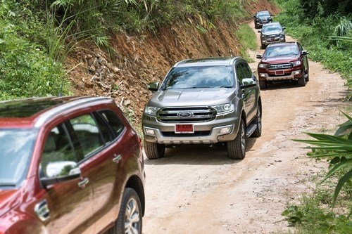 Ford Everest 2016 gia cao, khach choang hinh anh