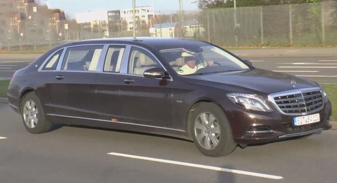 Limo Mercedes-Maybach S600 Pullman lan banh tren duong hinh anh