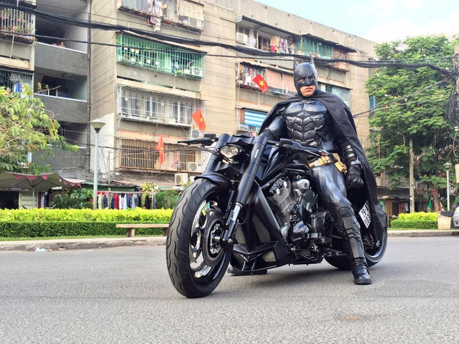 Batman phien ban Viet xuat hien tren duong pho Sai Gon hinh anh 1