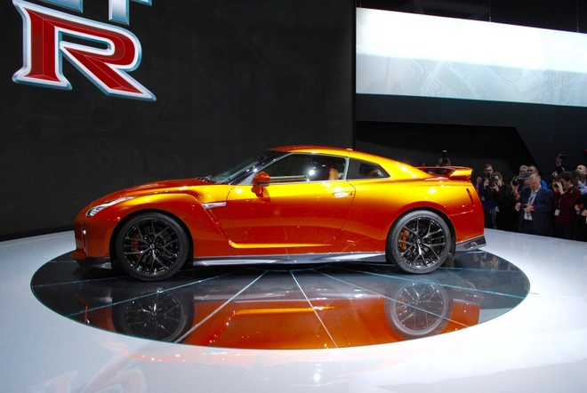 Nissan GT-R 2017 thay doi noi that, nang cap dong co hinh anh 4