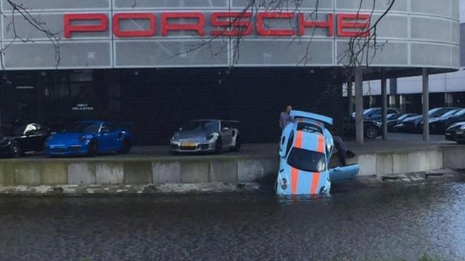 Sieu xe Porsche 911 GT3 RS lao xuong kenh nuoc hinh anh 1