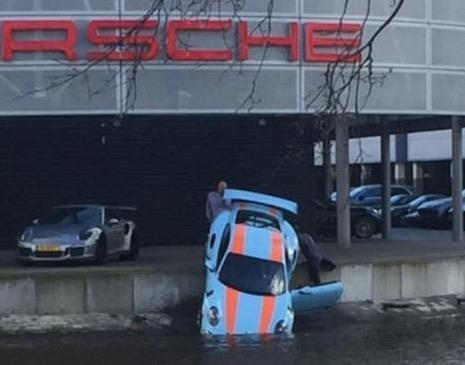 Sieu xe Porsche 911 GT3 RS lao xuong kenh nuoc hinh anh