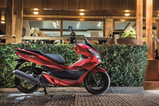 Honda PCX 125 2017 trang bi cong sac dien thoai hinh anh 1