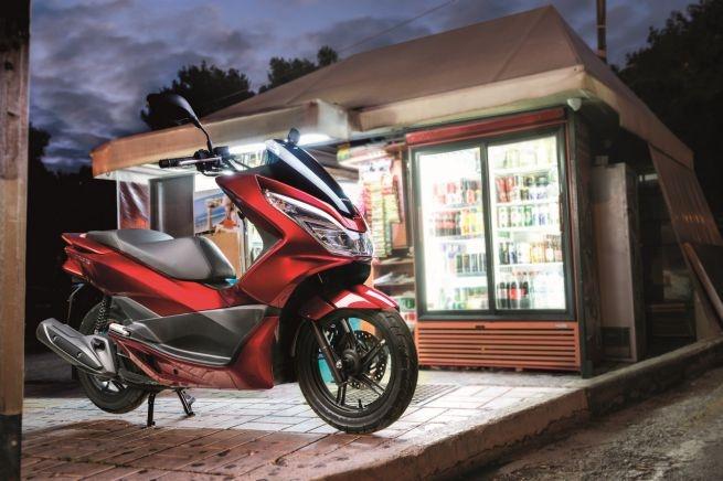 Honda PCX 125 2017 trang bi cong sac dien thoai hinh anh