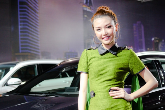 Chan dai khoe dang ben dan xe SUV Mercedes-Benz o Ha Noi hinh anh