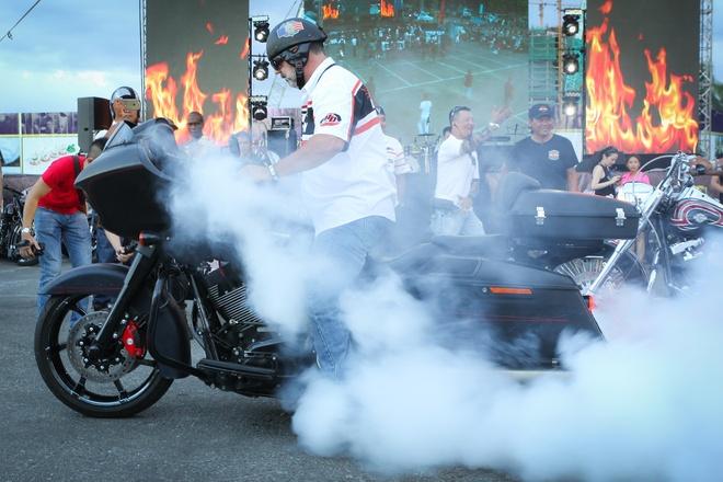 Dan xe Harley-Davidson chay theo doi hinh, dot lop hinh anh