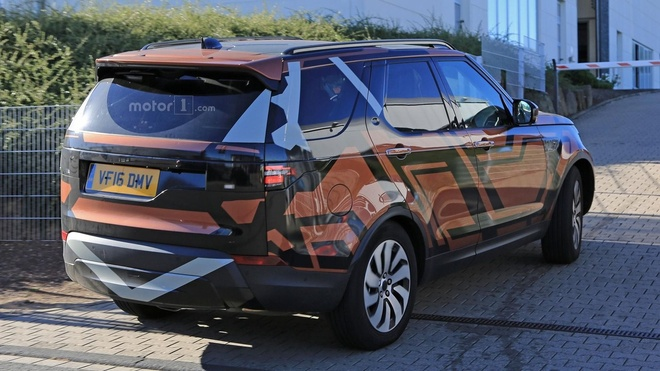 Land Rover Discovery 2017 lo dien ro net tren duong chay thu hinh anh 1