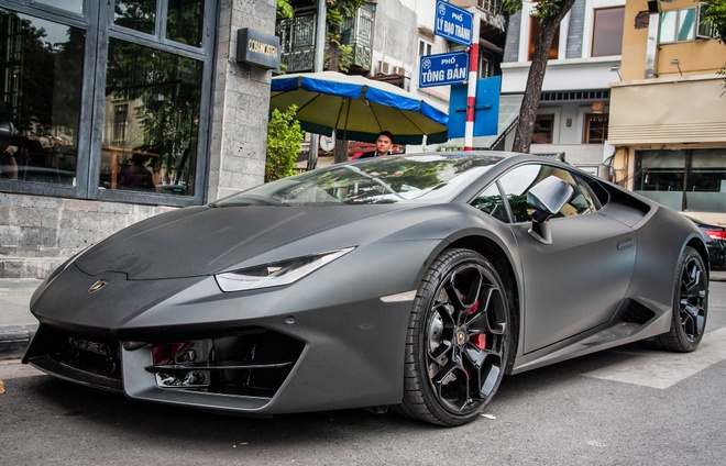 Lamborghini Huracan mau den mo doc nhat Viet Nam xuong pho hinh anh