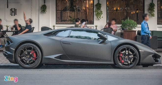 Lamborghini Huracan mau den mo doc nhat Viet Nam xuong pho hinh anh 2