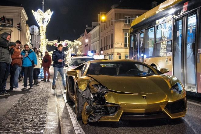 Lamborghini Aventador dan chrome vang bep dau do va cham hinh anh 1