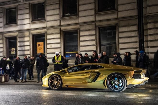 Canh va cham cua sieu xe Lamborghini Aventador tai nga tu hinh anh